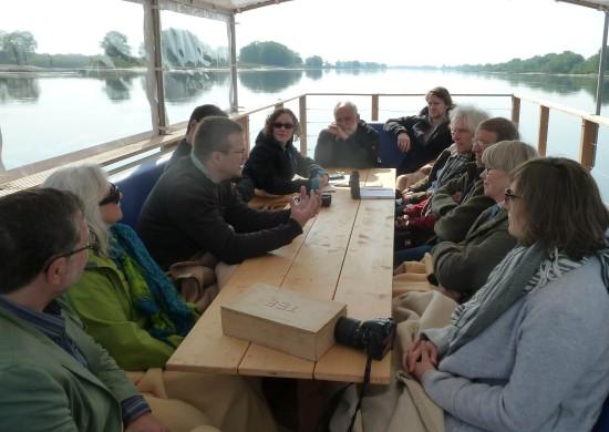 Auf der Elbe morgens ein Gespräch u.a. mit Heinrich König vom NLWKN (3.v.l.) und mit Julia (5.v.l.). Ich