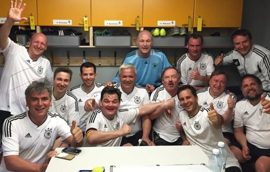 3. Platz für das Team des FC Bundestag bei der diesjährigen Parlamentarier-Euro in Kuopio/Finnland. Nach einem Sieg im Auftaktspiel gegen Gastgeber Finnland folgten unserem Team noch zwei Niederlagen gegen unsere  Nachbarn aus Österreich und der Schweiz. Wichtiger als die Ergebnisse aber waren FairPlay und der kollegiale Austausch mit Abgeordnetenkollegen aus den vier beteiligten Parlamenten.