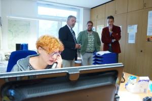 Schauen der Mitarbeiterin des Projekt Anrufbus des Landkreises Leer über die Schulter: Anrufbus-Geschäftsführer Markus Wiening, ich und der GRÜNE Landratskandidat Tammo Lenger.