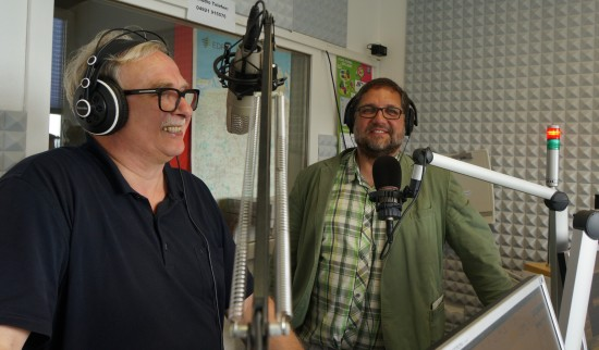 Moderator Dieter Frikke und ich im Studio Emden von Radio Ostfriesland.