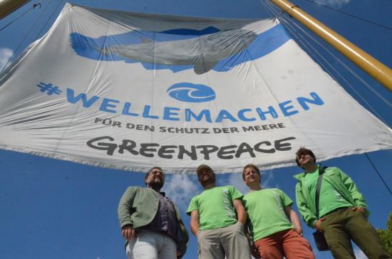 Klasse, dass die Beluga II von Greenpeace auch im Oldenburg Hafen festgemacht hat. Die Beluga II fährt Umweltkampagnen hart am Wind, in diesem Fall WELLEMACHEN für den Schutz der Meere. Plastik flutet unsere Meere. In Deutscland wird so viel Plastik verbraucht wie in keinem anderen Land der EU. Effizientes Recycling? Pustekuchen! Echte Kreislaufwirtschaft? Von wegen! Zwischen unserem Plastikverbrauch und unserem Plastikabfall klafft eine Lücke von etwa vier Tonnen. Wo landen die? Mit der Greenpeace-Crew Johannes Wriske, Danny Rimpl und Andreas Sieber (v.l.n.r.) halte ich danach Ausschau.