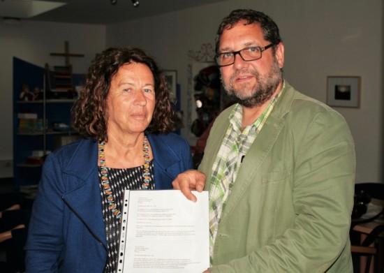 Ich sagte der grünen Ratsfrau Engeline Kramer gern zu, mich inzwei konkreten Fälle von eriträischen Flüchtlingen direkt beim BAMF in Oldenburg einzusetzen.