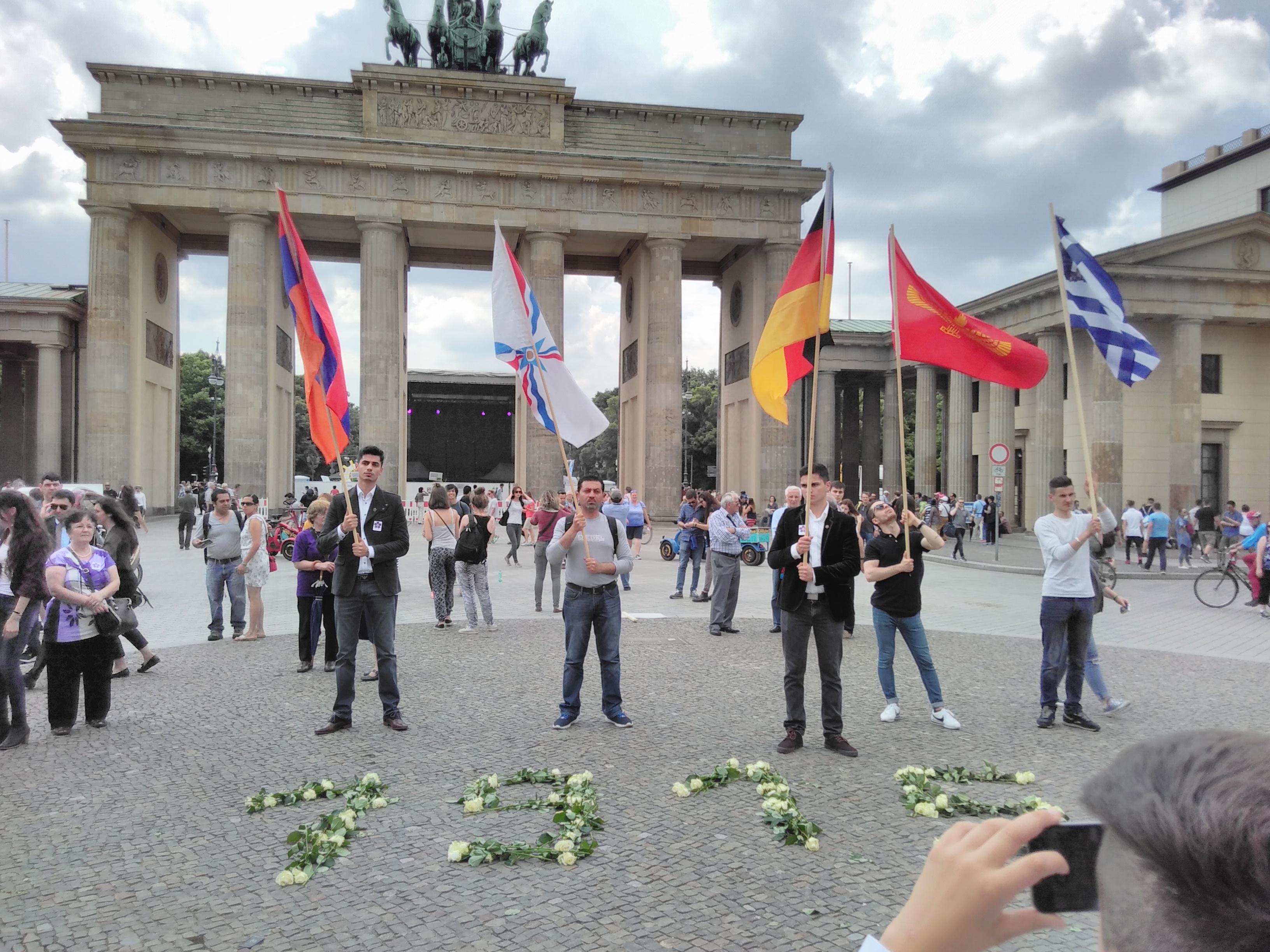 Kleine Gedenkstunde am Donnerstag der armenischen Opferverbände sowie AnerkennungJetzt und SaveOurSouls vor dem Brandenburger Tor.