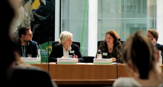 Peter im Gespräch mit Stefanie Werner vom Uba (rechts) und Dagmar Dehmer vom Tagesspiegel (Mitte) © Grüne Bundestagsfraktion/ Franz Mönke