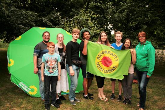 Umrahmen die Grüne Jugend des KV Leer: Meta Janssen-Kunz und ich.
