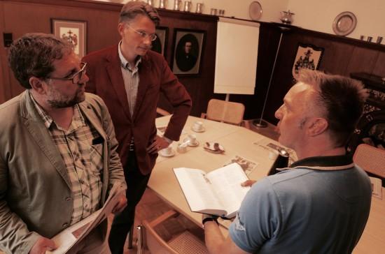 Nahm sich Zeit für ein ausführliches Gespräch mit  Tammo Lenger und mir:  Der Chefredakteur der Rheiderland-Zeitung in Weener, Kai-Uwe Hanken (rechts).