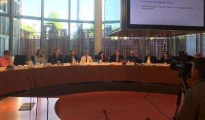 Peter Meiwald, Dennis Rohde und Katja Keul mit den Referenten und  Vertreter*innen und Vertretern des Verbands der Ezidischen Juristinnen und Juristen