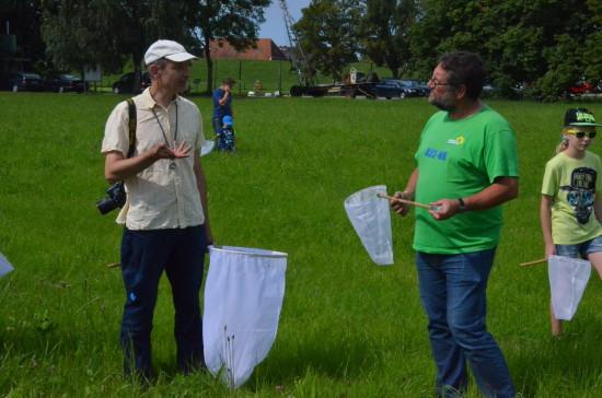 Mit DEM Wildhummelfachmann Rolf Witt waren wir mit einer großen Gruppe am Abser Siel in Stadland-Rodenkirchen in der Wesermarsch draußen unterwegs. Der Nationalpark Wattenmeer bietet auch seltene Wildbienen und Wildhummeln von denen kaum jemand weiß. Die Wildbienen und Wildhummeln haben aber eine wichtige Funktion in unseren Ökosystemen. Deshalb müssen wir jetzt organisieren, sie zu schützen, denn sonst ist es zu spät. Die intensive Landwirtschaft hat ihnen schon fast den Garaus gemacht,.