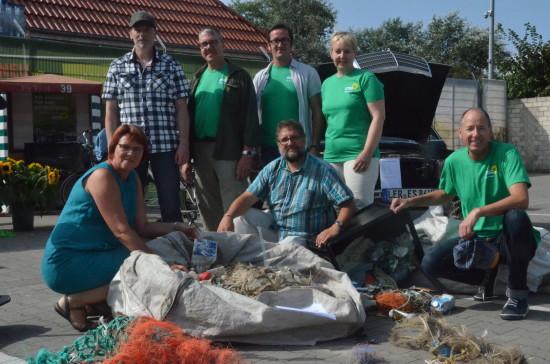 Die Borkumer GRÜNEN hatten die sehr gute Idee, von der Flut angeschwemmte Plastikteile zu sammeln und an ihrem GRÜNEN Infostand zu zeigen. Das ist leider sehr beeindruckend, was alles anlandet. Natürlich Netze aus der Fischerei, aber auch Produkte unseres Konsumwahns, den anscheinend niemand vermisst, weil die Preise so niedrig sind (v.l.n.r.): Meta, Jürgen, Thomas, Daniel, ich, Birgit und Eldert.