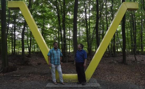 Am 20.06.2014 (erst 70 Jahre danach) wurde das Mahnmal eingeweiht. Gunnar hat es mir im Wald gezeigt. Es ist erschreckend, wie tief die Gefangenen buddeln mussten. Noch erschreckender müssen die Bedingungen gewesen sein, unter denen sie arbeiten mussten.