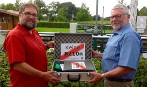 Im September hatte mir Johannes de Boer von der BILaNz-Aurich einen Koffer mit 6.000 Unterschriften gegen die B210n überreicht, die ich später Umweltministerin Hendricks übergeben habe.