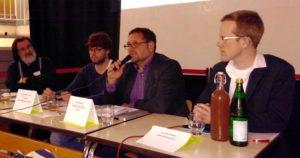 Auf dem Podium sind von links zu sehen: Klaus Pieper (Greenpeace Kontaktgruppe Ostfriesland), Jochen Scheuermann (Max-Windmüller-Gymnasium Emden), ich und Moderator Arne Beckmann von Radio Ostfriesland