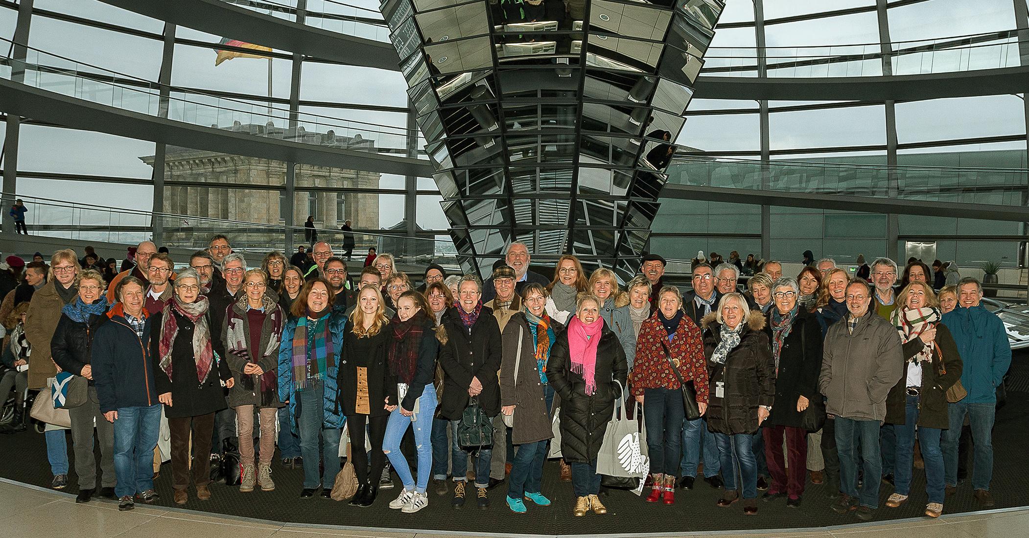 Bürger*innen aus meinem Betreuungsgebiet zwischen Weser und Ems sind zur Zeit in Berlin. Gestern haben wir uns im Bundestag getroffen. Dabei ist dieses fröhliche Foto entstanden.