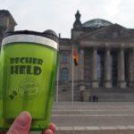 Mehrwegbecher vor Reichstag