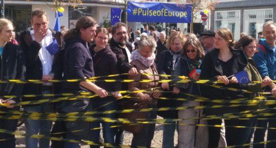 Sonntags, 14 Uhr - Zeit für Pulse of Europe auf dem Julius-Mosen-Platz in Oldenburg. Die blauen Europaflaggen mit den goldenen Sternen wehen im Wind. Zum ersten Mal traf sich die Bewegung nach der ersten Runde der Wahlen in Frankreich, aus der ein pro-europäischer Kandidat als Sieger der hervorgegangen ist. Vorsichtiger Optimismus machte sich breit.