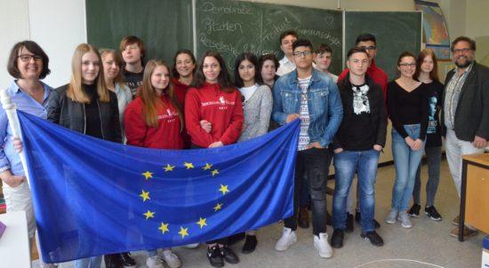 Beim EU-Projekttag bin ich von 10. Klassen der Oberschule Eversten in Oldenburg eingeladen worden. Warum schottet sich die EU so dermaßen ab und macht es Menschen auf der Flucht so schwer von ihr zu profitieren? Das war das zentrale Thema für die Jugendlichen. Politik ist auch schwer zu verstehen. Hierzulande lästern viele Menschen über Trump, weil er in Mexiko eine Mauer bauen möchte und die EU macht es ihm z.B. in Ungarn und Serbien vor, ohne dass landauf landab jemand dagegen etwas unternimmt. Ganz links im Bild Lehrerin Monika Triestram. Danke für ihr und für euer Engagement für Europa.