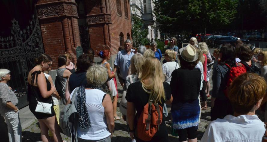 Vor der Synagoge, in der die erste Frau als Rabbinerin tätig war.