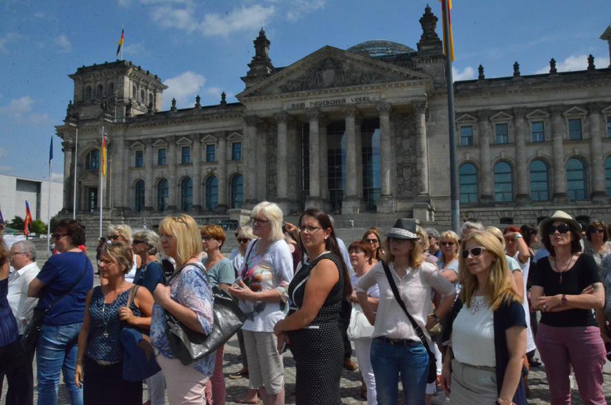 Vor dem Reichtagsgebäude