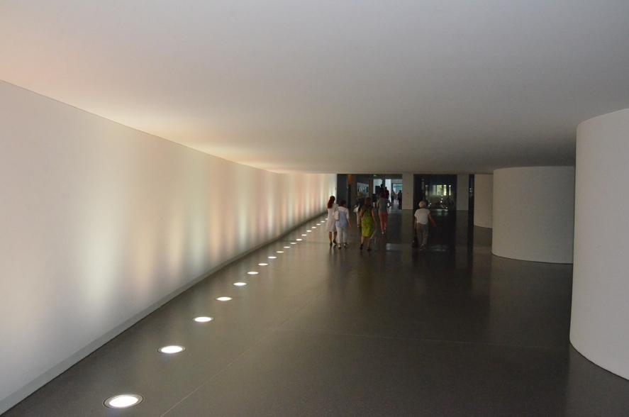 Die Gänge unterm Bundestag scheinen unendlich.