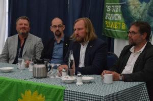 Beim Pressegespräch (v.l.n.r.) Michael von den Berg, Parteivorsitzender GRÜNE Wilhelmshaven, Alex von Fintel, GRÜNER Kandidat für die Bundestagswahlen, Toni und ich.