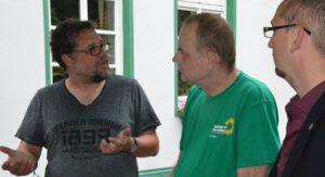 Alex von Fintel (re.) mit einem Hemd, das in Europa hergetsellt worden ist, Ulf Berner (Mitte) in GRÜNEM T-Shirt und ich fair gehandeltem Werder T-Shirt sprachen über missachtete Menschenrechte und ausgelaugte Böden, die die global agierende Textilindustrie mit verursachen.
