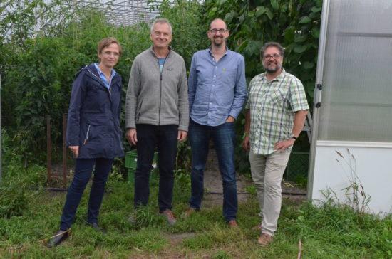 Bio in Büppel vor dem Gewächshaus, in dem z.B. acht Sorten Tomaten reifen (v.l.n.r.): Heike Kliegelhöfer, Klaus Leiter, Alex von Fintel und ich.