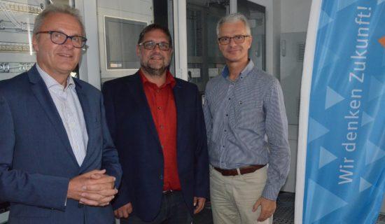 Konrad Zuse schuf den ersten frei programmierbaren Rechner. Die Maschine Z3 wurde anno 1941 der Öffentlichkeit vorgestellt. Heutzutage ist es der Computer. In der Zuse-Gemeinschaft sind 76 industrienahe Forschungsinstitute vertreten, auch das Offis aus Oldenburg gehört dazu. Prof. Wolgang Nebel (li.) ist Vizepräsident der Zuse-Gemeinschaft und Dr. Holger Peinemann (re.) ist im Innovationsrat der Zuse-Gemeinschaft, die für den Mittelstand forscht. Ein Brückenschlag zwischen   Wissenschaft und Wirtschaft. Offis fürchtet die Innovationsfähigkeit des deutschen Mittelstandes und ich unterstütze den Ansatz und Wunsch nach mehr institutioneller Förderung. Im Gegensatz zur Projektförderung, die kreative Prozesse eher schwächt, entwickeln sich bei der institutionellen Förderung Ideen frei. So viel Vertrauen sollte Politik meiner Meinung nach besitzen.