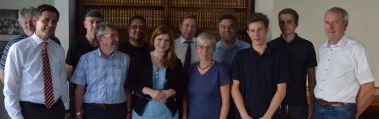 Inhaber Jan Müller (links) und seine Gäste, darunter Bundestagskandidatin für die Wesermarsch Christina Johanne Schröder (mitte, links) und ich (links dahinter)