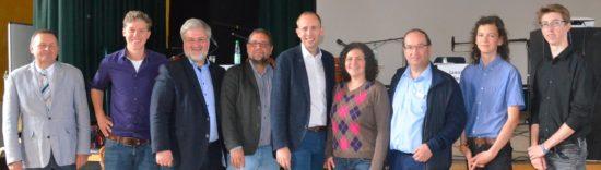 Hier sind wir wieder, alle fünf mit Schulleitung, Lehrer und den ganz hervorragenden Moderatoren Jannis und Maximilian (beide rechts).