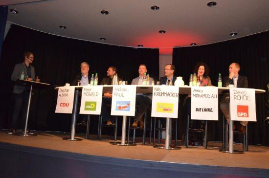 Sechs Kandidat*innen vor hunderten von Berufsschüler*innen