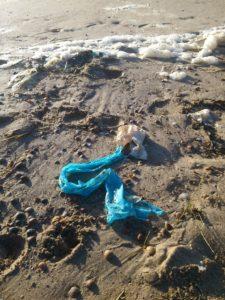 Sonne, Wellen und Reibung zersetzen das Plastik